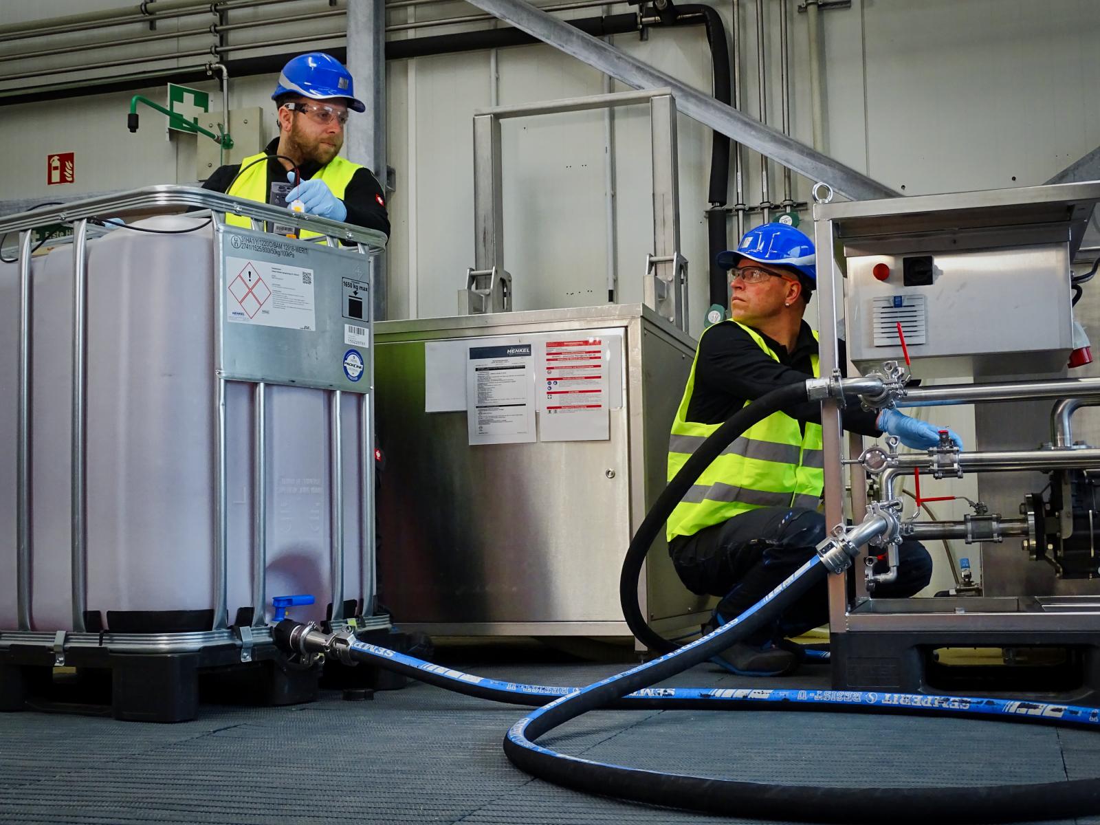 Arbeiten im Vor-Ort-Service umfassen auch das Umpumpen von Chemie.