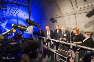 Finale Montage des Strahlrohrs durch Vertreter der beteiligten Partnerländer.